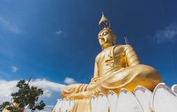 Het gouden Beeld van Boedha met blauwe hemel en verspreidende wolk Royalty-vrije Stock Foto