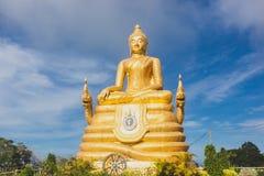 Het gouden Beeld van Boedha met blauwe hemel en verspreidende wolk Royalty-vrije Stock Foto's
