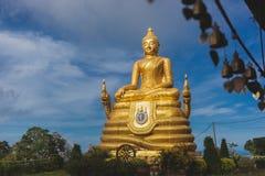 Het gouden Beeld van Boedha met blauwe hemel en verspreidende wolk Royalty-vrije Stock Fotografie