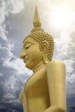 Het gouden beeld van Boedha met blauwe hemel en wolk op prachuapkhirikhan achtergrond, toegevoegd lichteffect, Thailand, filtreer stock foto