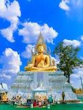 Het gouden beeldhouwwerk van Boedha en blauwe hemel Stock Foto's