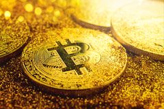 Het gouden bitcoinmuntstuk met schittert lichten grunge crypto Munt royalty-vrije stock afbeelding