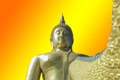 Het gouden Boeddhisme van Boedha op een Geel achtergrond of een behang royalty-vrije stock fotografie