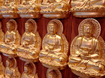Het gouden Chinese standbeeld van Boedha Stock Foto's