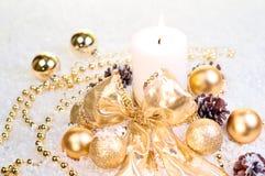 Het gouden concept van Kerstmis op sneeuw Stock Foto's