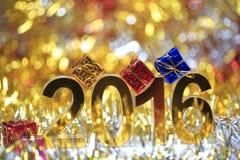 Het gouden 3d digitale pictogram van 2016 met giftdoos Royalty-vrije Stock Afbeeldingen