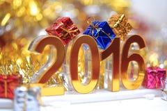 Het gouden 3d pictogram van 2016 met giftdoos Royalty-vrije Stock Afbeeldingen