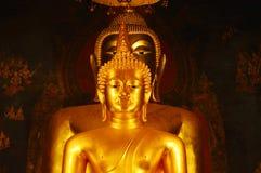 Het gouden die beeld van Boedha in Wat Bowonniwet Vihara in Thailand wordt vastgelegd royalty-vrije stock afbeeldingen