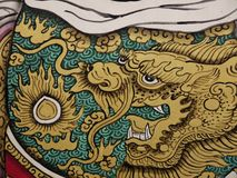 Het gouden Draak schilderen verfraait op Chinese tempelpoort Stock Afbeeldingen