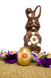 Het gouden ei van Pasen met chocoladeKonijntje over wit Royalty-vrije Stock Fotografie