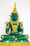 Het gouden en groene standbeeld van Boedha op witte achtergrond Stock Fotografie