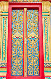 Het gouden en rode Thaise beeldhouwwerk van de tempeldeur Stock Foto