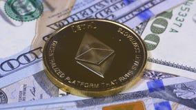 Het gouden Ethereum-Muntstuk, ETH en de Rekeningen van Dollars roteren stock footage