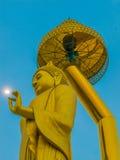 Het gouden Grote beeld van Boedha in actie één hand raakt omhoog de maan royalty-vrije stock afbeeldingen