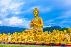 het gouden grote standbeeld van Boedha onder heel wat kleine standbeelden van Boedha Royalty-vrije Stock Foto's