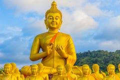 het gouden grote standbeeld van Boedha onder heel wat kleine standbeelden van Boedha Royalty-vrije Stock Fotografie