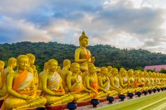het gouden grote standbeeld van Boedha onder heel wat kleine standbeelden van Boedha Royalty-vrije Stock Foto