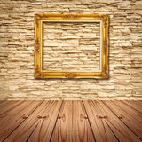 Het gouden hangen van het Frame op Moderne Bakstenen muur Royalty-vrije Stock Foto