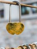 Het gouden hart gestalte gegeven hangslot hangen van koord Stock Afbeeldingen