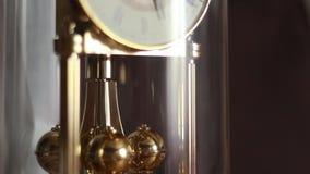 Het gouden horloge van de slingeromwenteling stock video