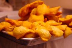 Het gouden knapperige deeg, traditioneel dessert in Ecuador diende op een zilveren dienblad Stock Afbeelding