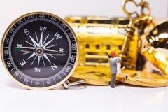 Het gouden Kompas begeleidt mensen doet handelsinvesteringen, voorraad, geld die in juiste richting aan rijkdom handel drijven, s royalty-vrije stock foto