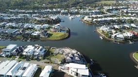 Het gouden Landgoed van het het Harbour Viewkanaal van de Kustboot en RiverLinks-Landgoed naast Coomera-het Eiland van de Rivierh stock video