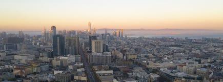 Het gouden licht raakt de gebouwen en de stedelijke stadshorizon van San Francisco California stock foto's
