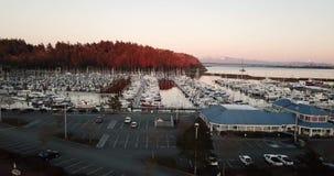 Het gouden licht raakt het punt bij GLB Sante in Anacortes Washington stock footage