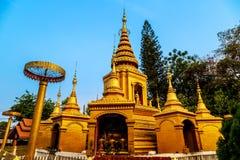 Het gouden lichte glanzen op witte en gouden pagode tijdens zonsopgang/zonsondergang met blauwe hemel Stock Foto