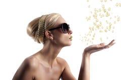 Het gouden lippenmeisje blazen Royalty-vrije Stock Foto