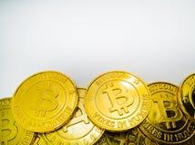 Het Gouden muntstuk met bitcoinsymbool Fysiek beetjemuntstuk Digitaal Stock Afbeelding