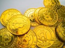 Het Gouden muntstuk met bitcoinsymbool Fysiek beetjemuntstuk Digitaal Stock Fotografie
