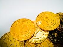 Het Gouden muntstuk met bitcoinsymbool Fysiek beetjemuntstuk Digitaal Royalty-vrije Stock Foto's