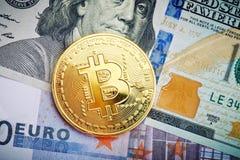 Het gouden muntstuk van bitcoin ligt op dollar en euro Stock Fotografie