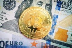 Het gouden muntstuk van bitcoin ligt op dollar en euro Royalty-vrije Stock Afbeelding