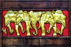 Het gouden Olifanten Houten Bewerken stock foto