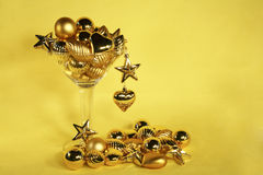 Het gouden ornament martini van Kerstmis Stock Foto's
