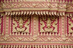 Het gouden patroon snijden binnen op de Boeddhistische tempel Stock Afbeelding