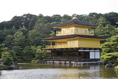 Het Gouden Paviljoen en de omringende tuin Stock Afbeelding