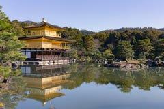 Het gouden paviljoen van tempelkinkakuji met bezinning in zentuin Stock Foto