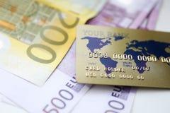 Het gouden plastic krediet rard met euro contant geld ligt royalty-vrije stock afbeelding