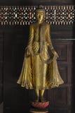 Het gouden standbeeld die van Boedha zich op Lotus Base bevinden Stock Foto's