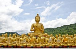 Het gouden standbeeld van Boedha Stock Afbeeldingen