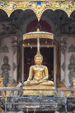 Het gouden standbeeld van Boedha buiten de ingang aan Wat Chedi Luang, Chiang Mai, Thailand Royalty-vrije Stock Afbeelding
