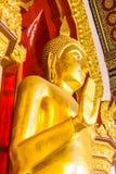 Het gouden standbeeld van Boedha in de kerk Stock Afbeeldingen