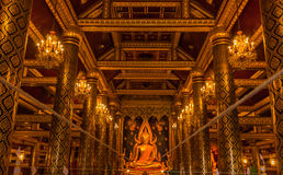 Het gouden standbeeld van Boedha in de Tempel van Thailand Boedha Royalty-vrije Stock Fotografie