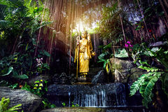 Het gouden standbeeld van Boedha in de tuin Stock Afbeelding