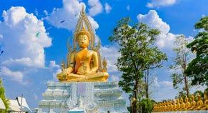 Het gouden standbeeld van Boedha en blauwe hemel Stock Foto's