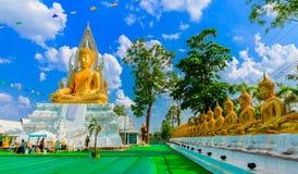 Het gouden standbeeld van Boedha en blauwe hemel Royalty-vrije Stock Foto's